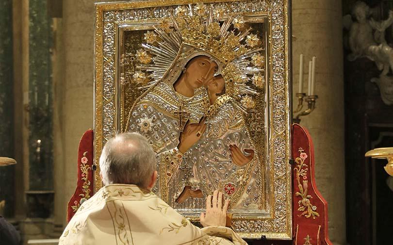Mons. Guido Marini venera l'Icona della La Madonna dell'Elemosina